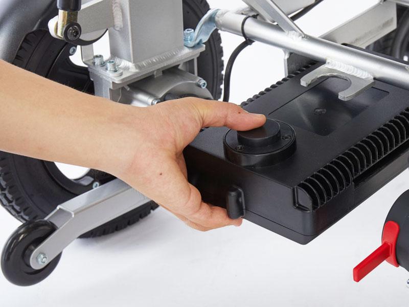 Batterie au lithium amovible pour 15 km de plaisir de conduite Peut être chargé à l'intérieur et à l'extérieur du fauteuil roulant