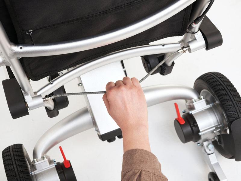 Ontgrendel de rolstoel middels trekkabel om deze vervolgens in één simpele achterwaartse beweging te kunnen opklappen