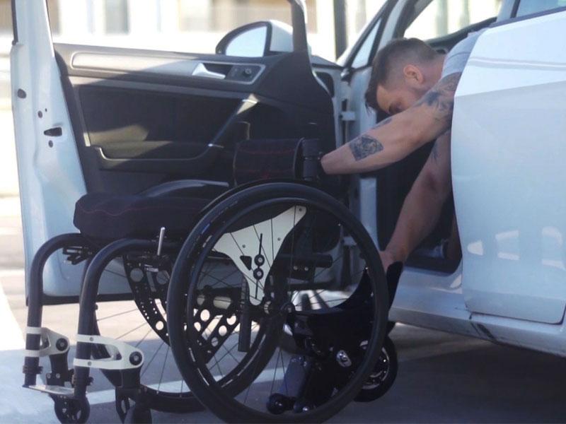 Middels de kleine wieltjes rolt de Yomper eenvoudig onder de rolstoel; Met slechts 1 hand is de lichtgewicht hulpaandrijving snel te bevestigen