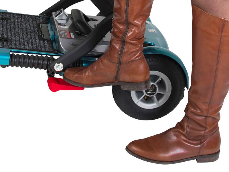 Fußpedal um den Brio faltbaren Scooter ein- und auszuklappen