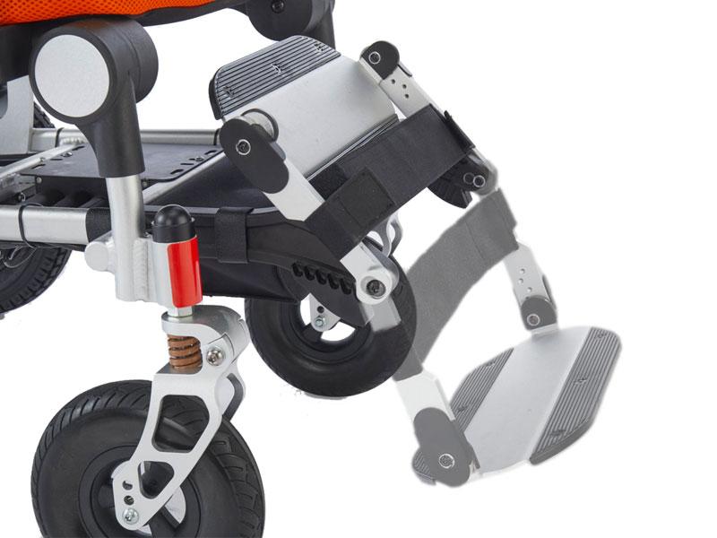 Klap de voetsteun geheel weg om frontaal in of uit de rolstoel te stappen
