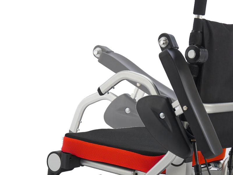 Door de opklapbare armleuningen kunt u ook zijwaarts in de rolstoel plaatsnemen
